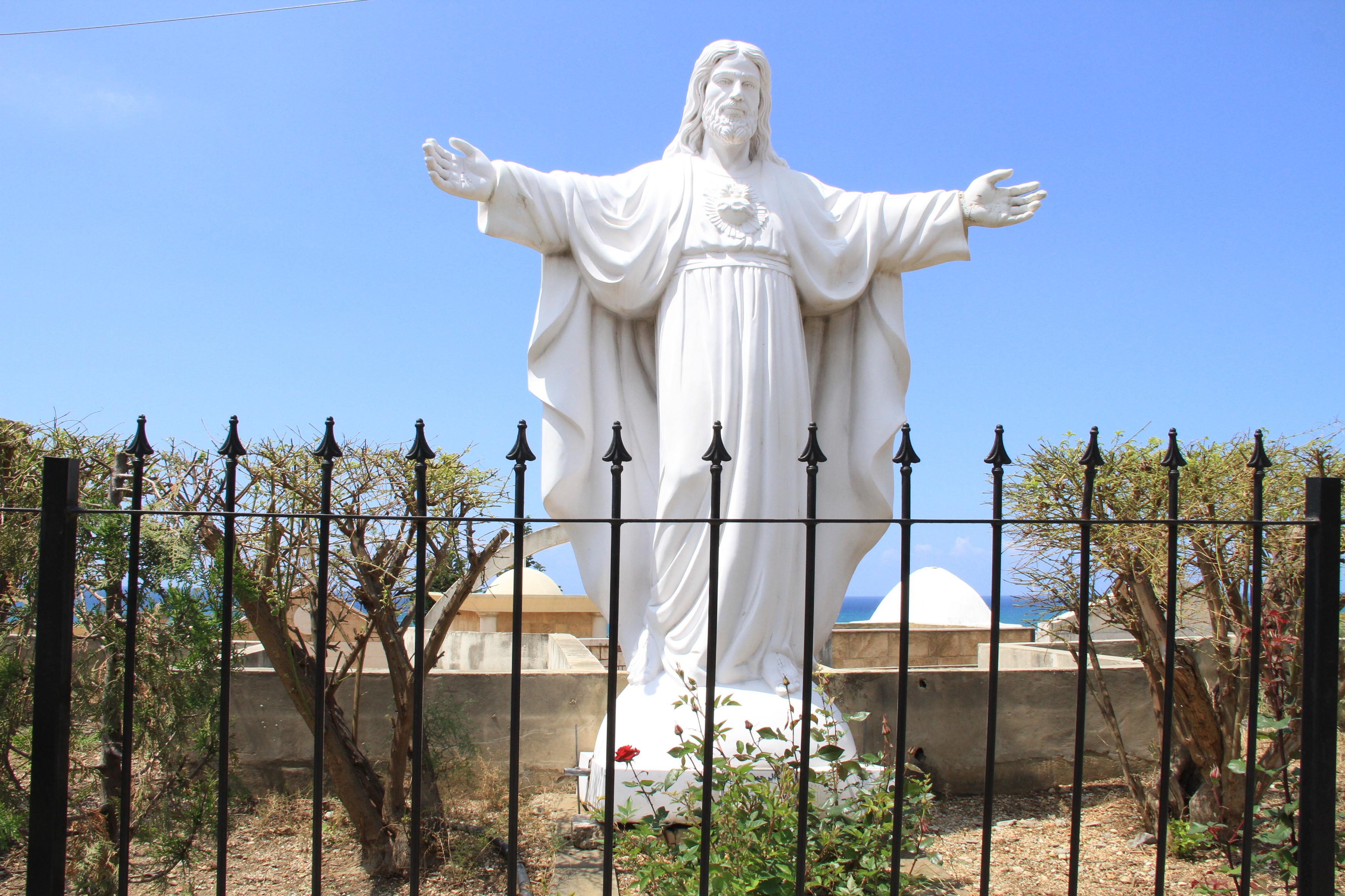 Статуя Иисуса вБиблосе. Такие изваяния здесь— нередкость.