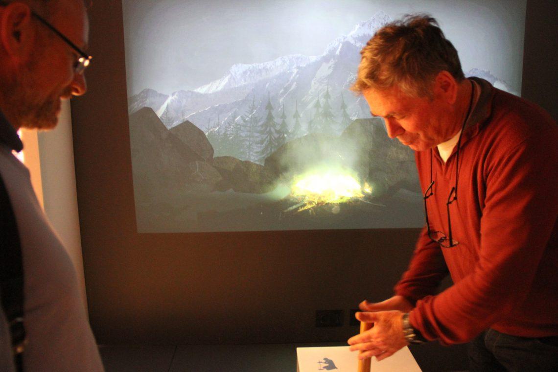 Антрополог Исраэль Гершковиц добывает огонь трением