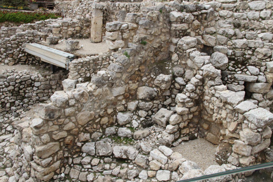 Руины города Давида. Вцентре виден каменный «унитаз». Иерусалим