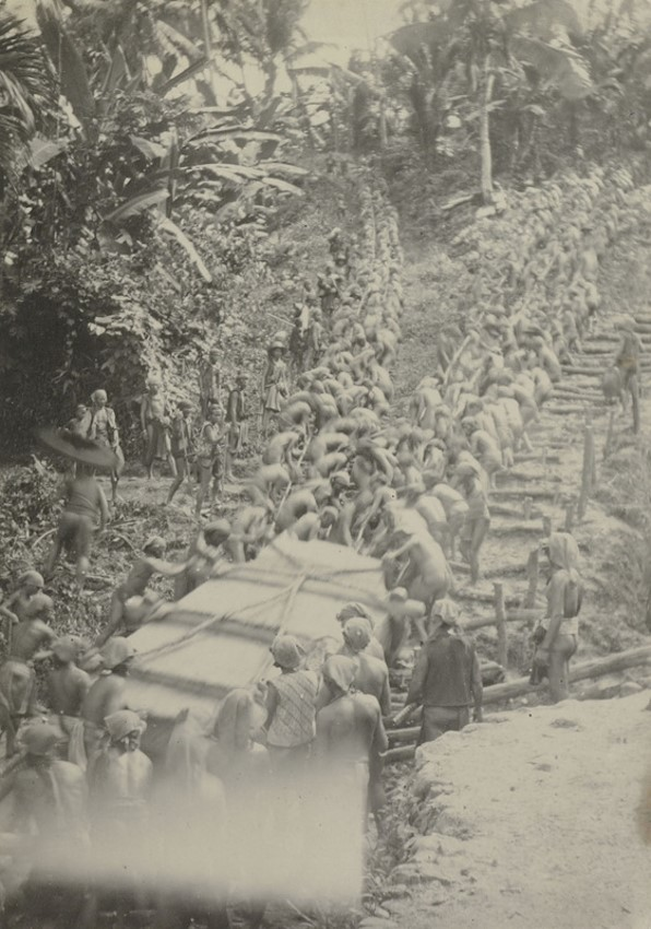 Транспортировка плиты для гробницы богатого ниасца. Фото— J. (?) Borutta, около 1906—1915 гг.