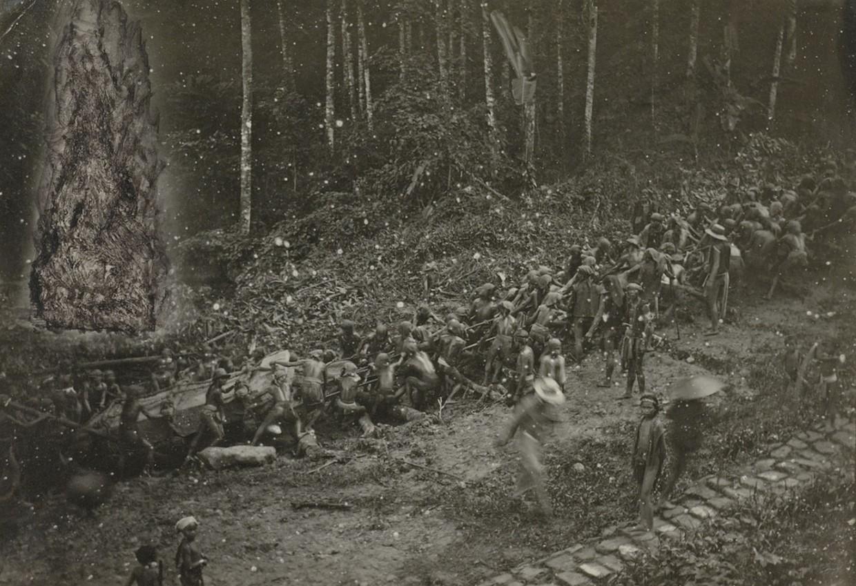 Транспортировка могильного камня наострове Ниас. Фото— J. (?) Borutta, около 1906—1915 гг.