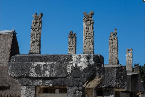 Богатые гробницы нао. Сумба украшаются каменной резьбой искульптурными изображениями