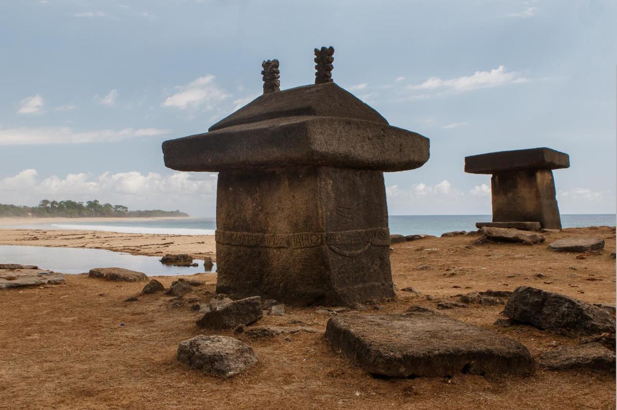 Мегалитические гробницы наСумбе.