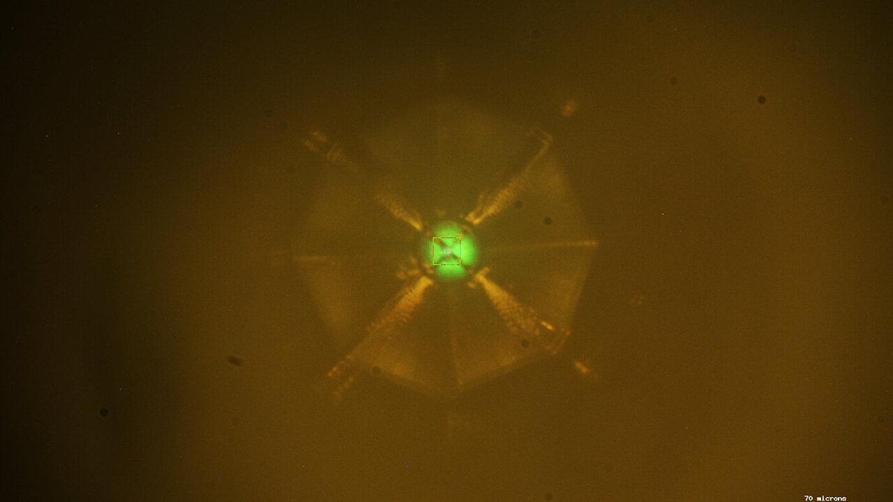 Образец тестируемого материала под рентгеновскими лучами.