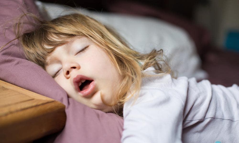 Так может выглядеть ребёнок, страдающий от задержки дыхания во сне, симптома, которым может сопровождаться аденоиды