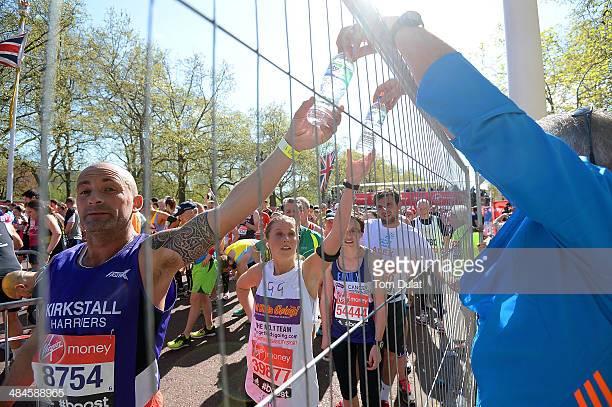 Участники Лондонского марафона забирают бутылки сводой. Фото 2014 года.