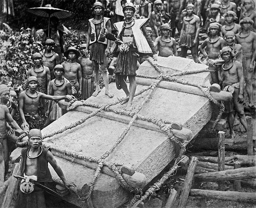 Транспортировка камня для мегалитической могилы наНиасе