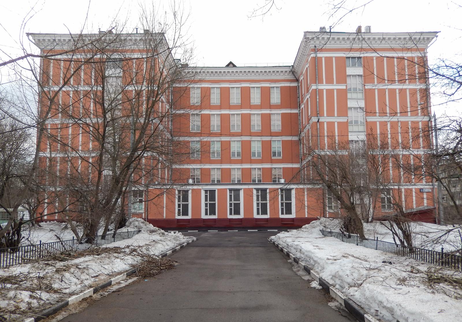 Изображение 9— Школа по 5-му проезду Подбельского вМоскве скорее всего была построена по неудачному проекту Т1. Настенах видны швы настыках блоков.