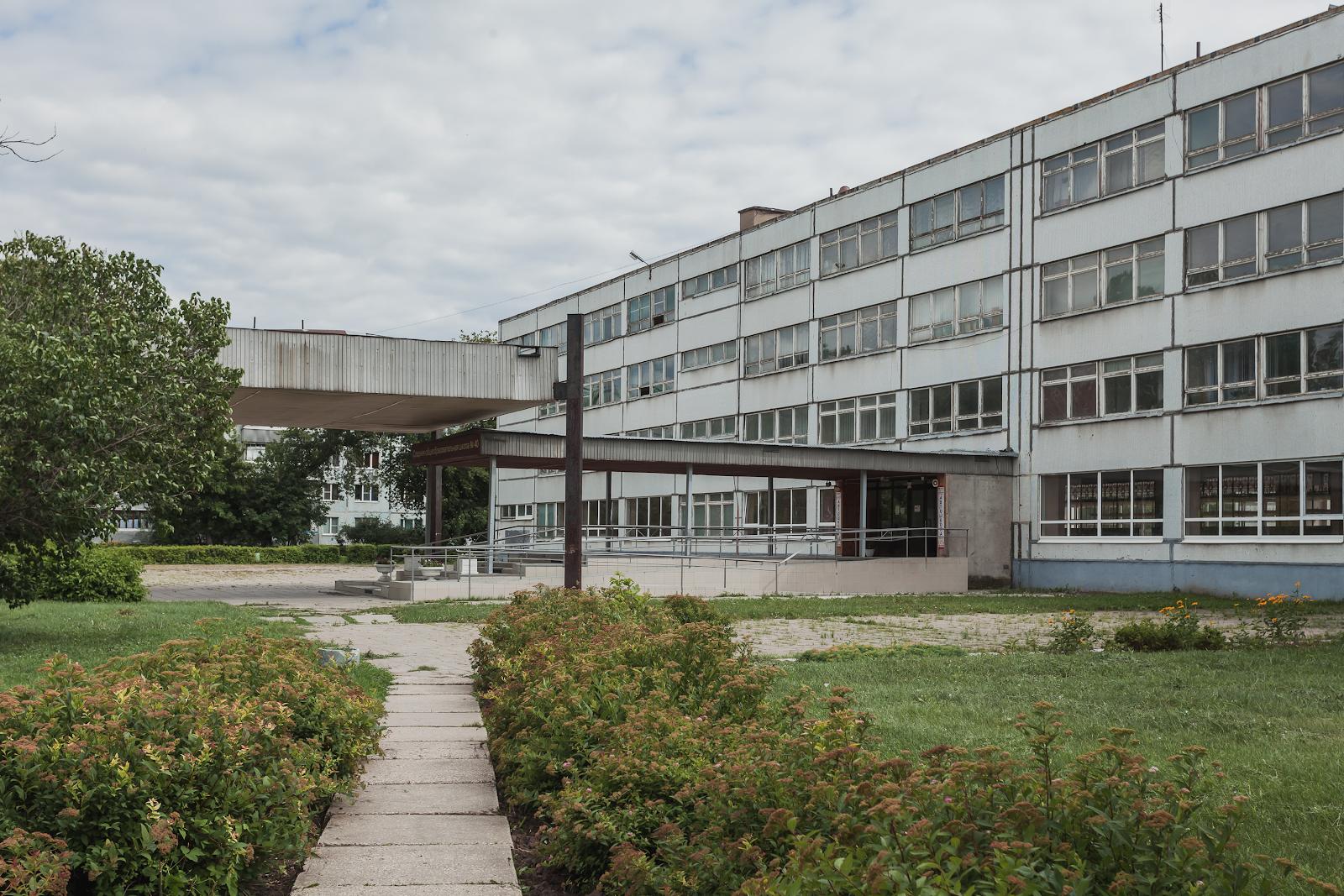 Школа №28 вТольятти (К.Д.Френкель, И.П.Саксельцев, Н.А.Кулебакина, 1967— 1969) имеет характерную для того времени планировку— два корпуса, соединённые коридором.