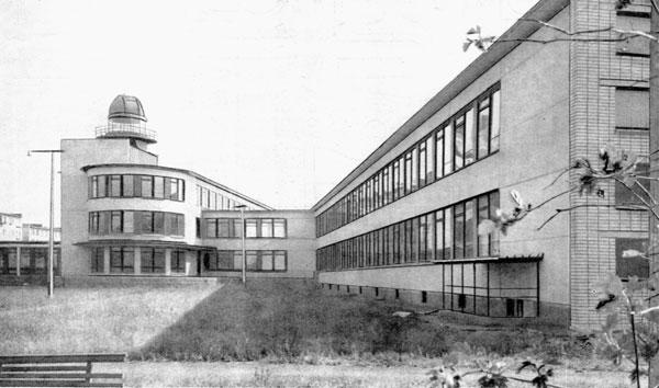 Изображение 1— Школа №345, виден ризалит собсерваторией, атакже ленточное остекление.