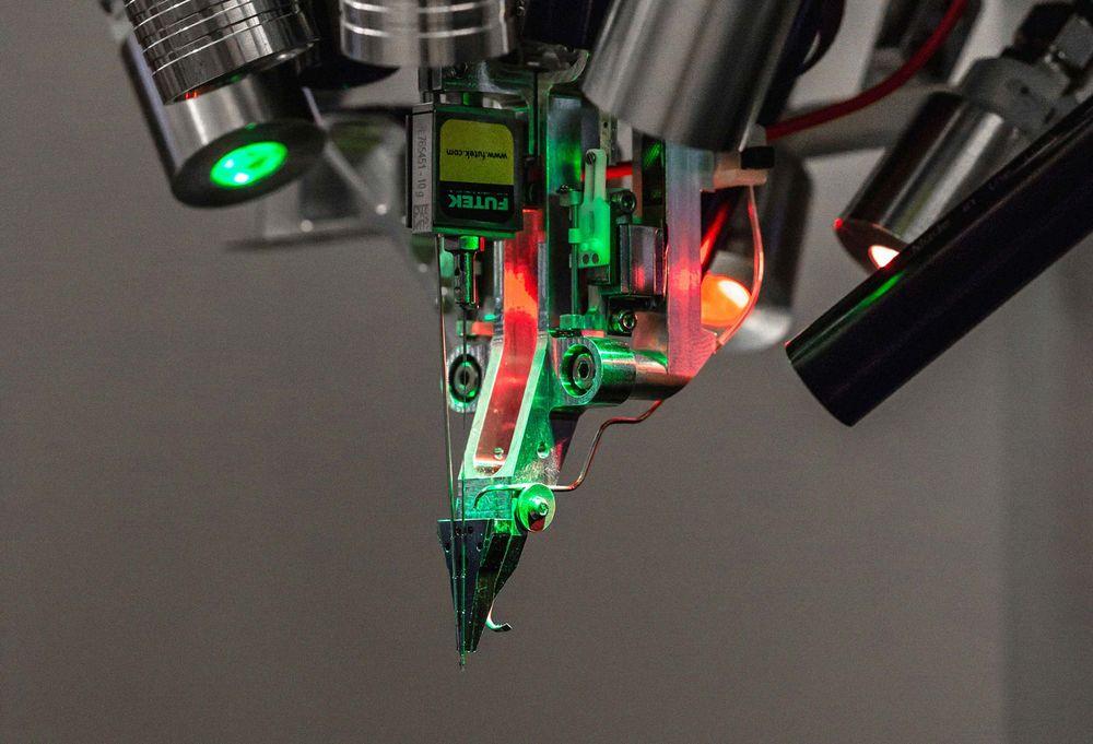 Робот компании Neuralink для внедрения нитевидных проводов-имплантов вмозг.