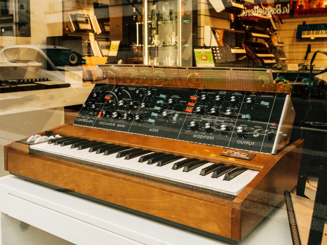 Аналоговый синтезатор Minimoog ввитрине музыкального магазина вПариже, Франция