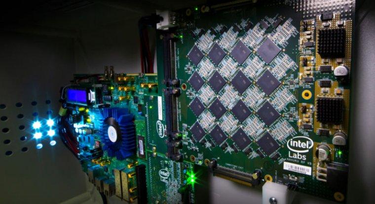 Одна из плат Intel, Nahuku. Каждая из таких плат содержит от 8 до 32 нейроморфных чипов Intel Loihi.