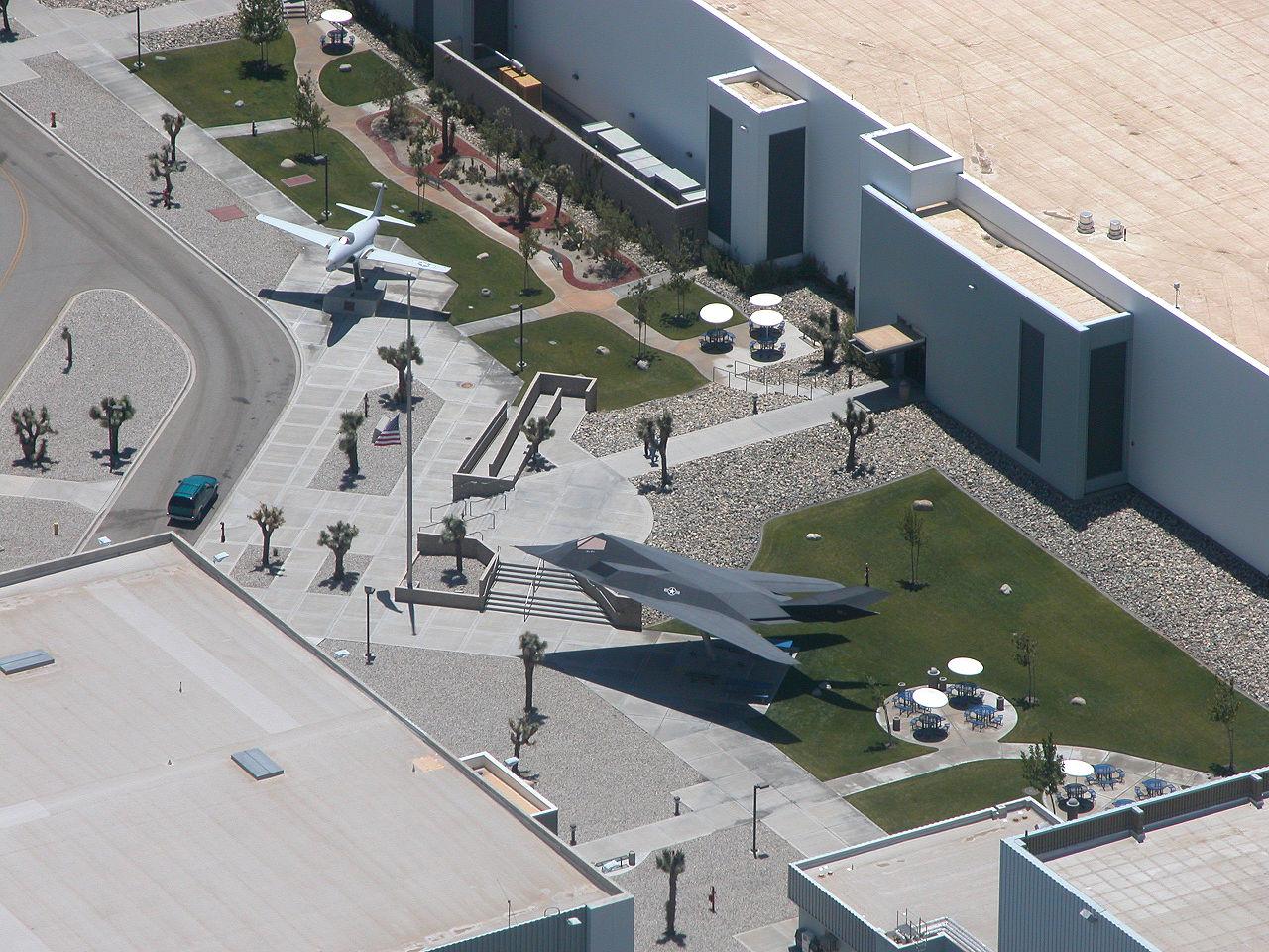 Территория производства Skunk works вПалмдейле, Калифорния.