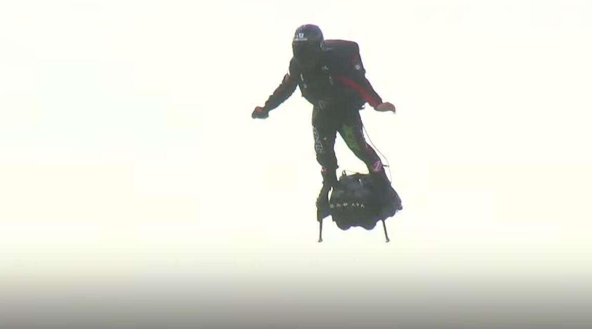 Фрэнки Запата насвоей летающей доске.