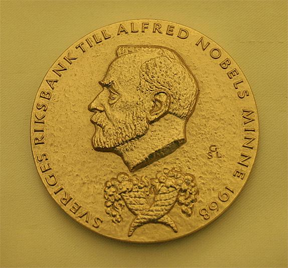 Нобелевская медаль, вручаемая вместе сдипломом иденежной премией.