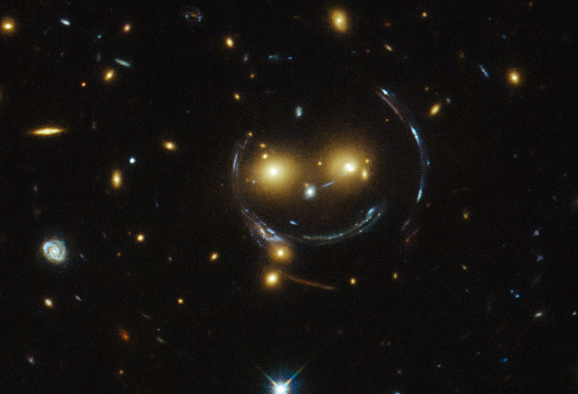 Гравитационное линзирование вгруппе галактик «Чеширский кот». Снимок скосмического телескопа Hubble.