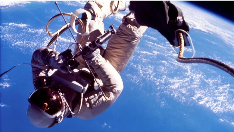 Астронавт воткрытом космосе. Фото <i>NASA</i>.