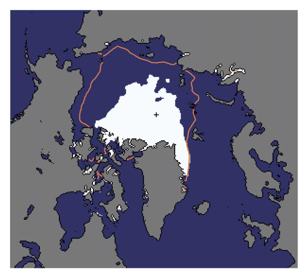 Рисунок 5. Летняя площадь морского арктического льда (измеряется всентябре) в2012 году была рекордно низкой. Она показана белым цветом. Для сравнения дана медианная площадь летнего морского льда впериод с1979 по 2000 год (обведена оранжевой линией). В2013 году летняя площадь морского арктического льда несколько выросла, но при этом осталась весьма незначительной— шестое место среди наименьших площадей за всё время наблюдений. Источник: Национальный центр данных по снегу ильду (National Snow and Ice Data Center)