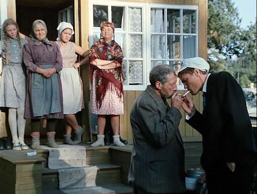 Скриншот из фильма «Любовь иголуби», вкотором основная сюжетная драма раскручивается вокруг противопоставления деревни игорода.