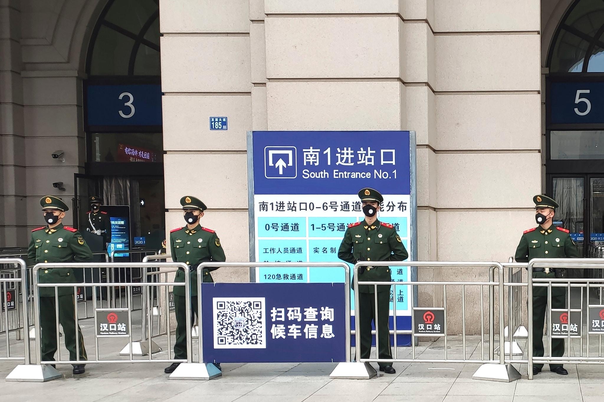 Полиция охраняет временно закрытый вокзал Ханку вУхане.