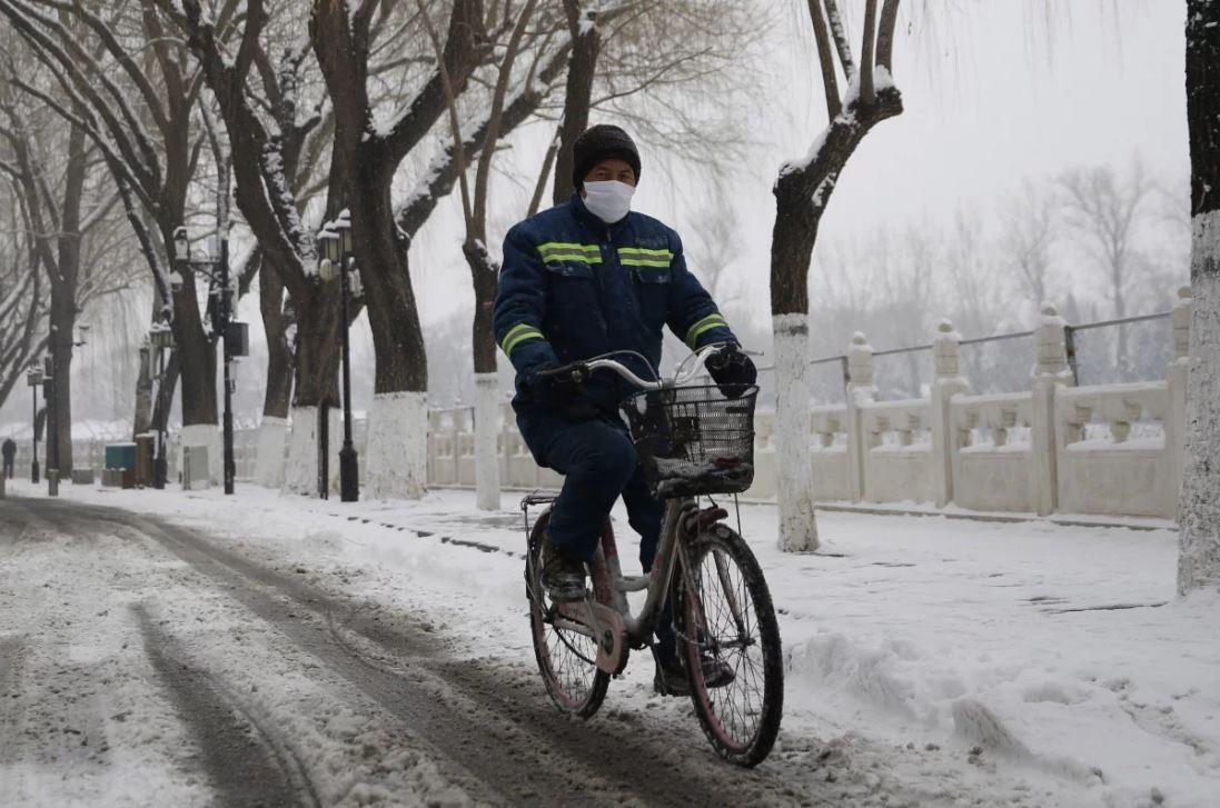 Маска налице пекинского велосипедиста. Вирус непройдёт?