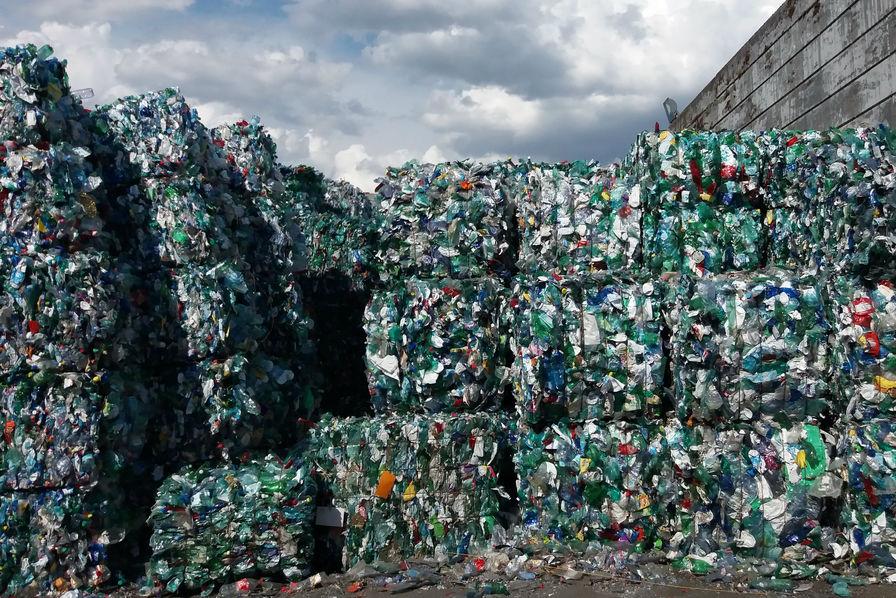 Рассортированный иупакованный мусор.