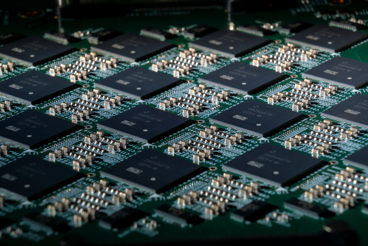 Плата <i>Nahuku</i> с32 нейроморфными процессорами <i>Loihi</i>. Система <i>Pohoiki Springs</i> состоит из 24 таких плат (<i>Intel Corporation</i>).