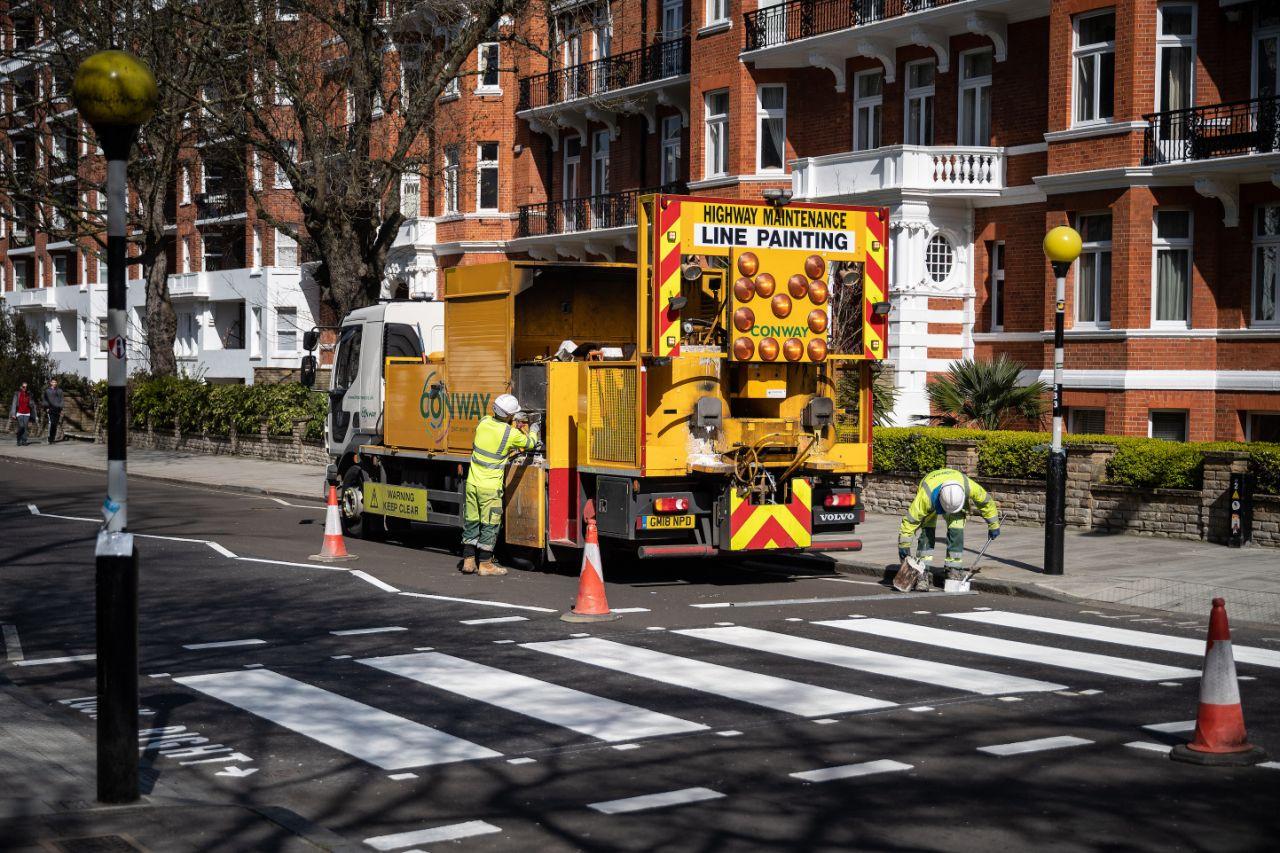 Дорожные работы назнаменитом переходе кстудии наAbbey Road. Обычно здесь слишком много туристов.<br /><br />В Великобритании наданный момент неменее 11 658 заболевших.