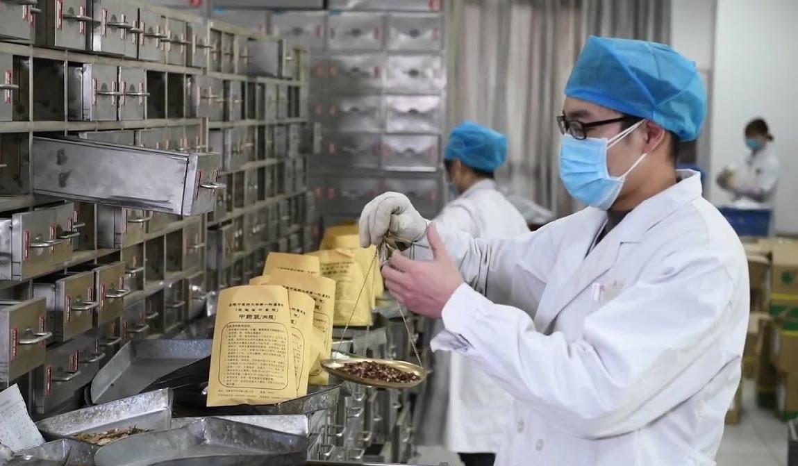 Китайский врач взвешивает «травки».