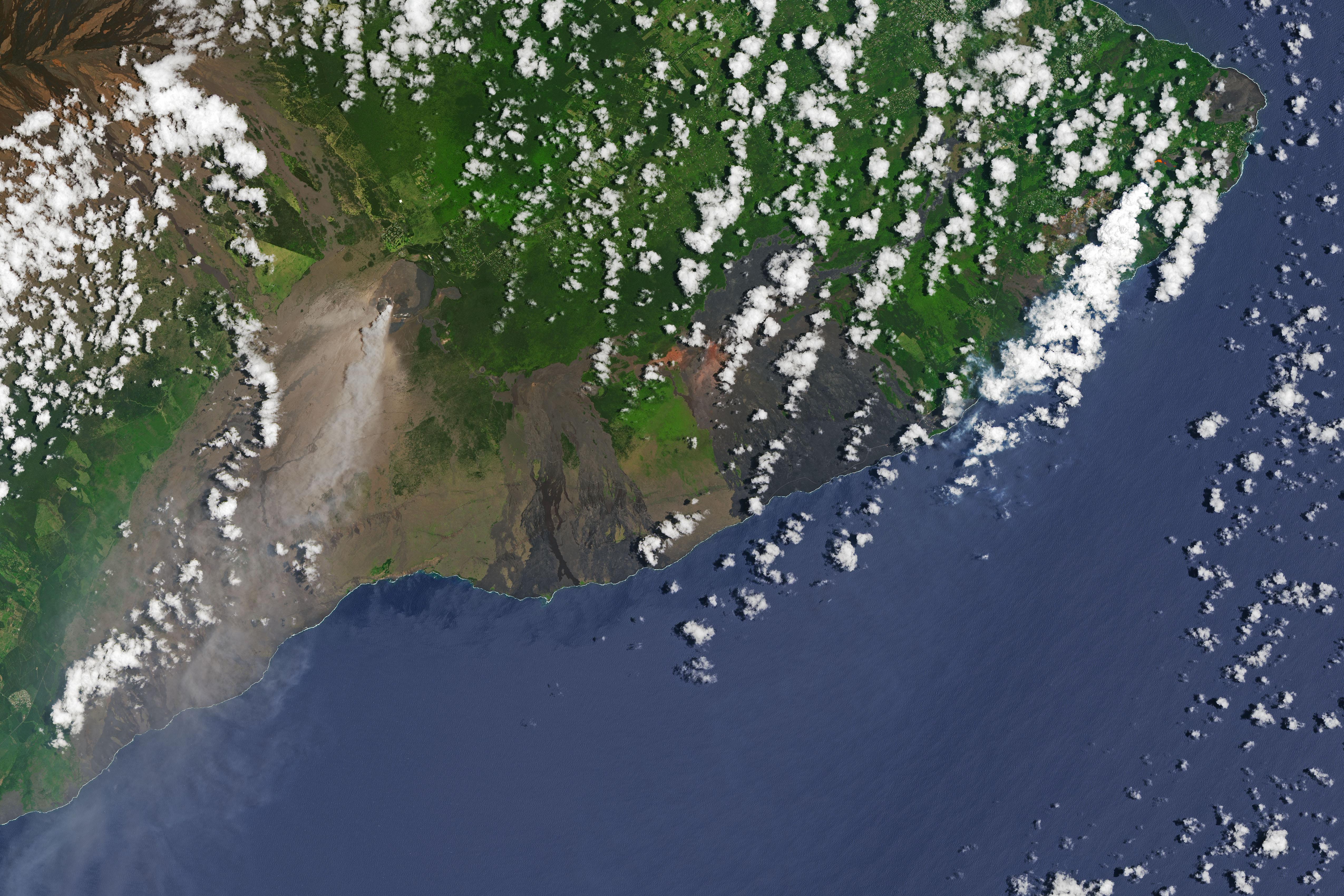 Столб дыма из вулкана Килауэа 14 мая 2018 года. Спутниковый снимок Landsat-9. <i>NASA Earth Observatory, USGS</i>.