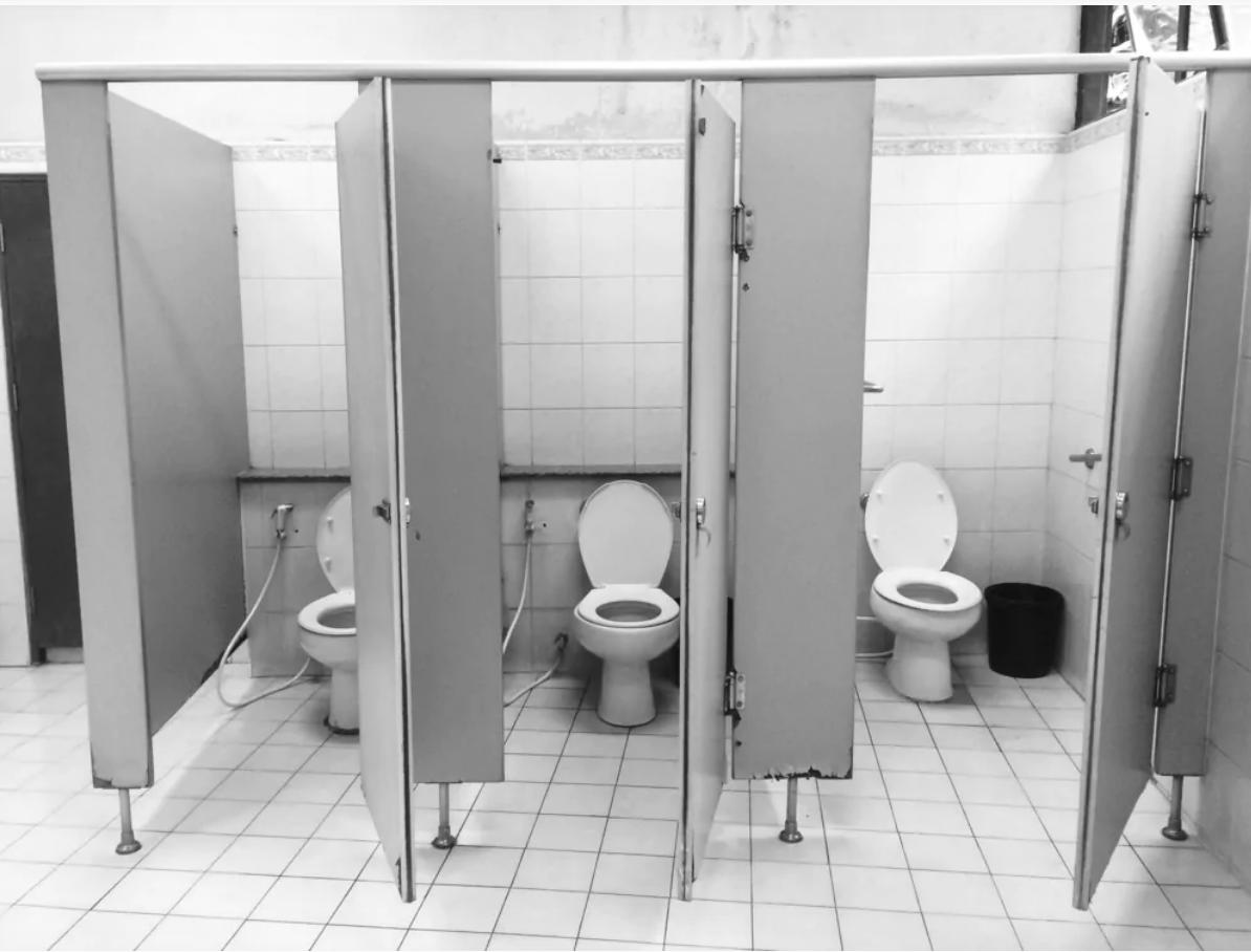 Пандемия вносит коррективы вповседневность. Посещение общественного туалета— неисключение.
