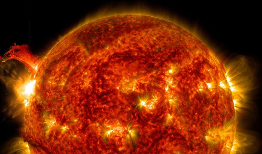 "Солнечная вспышка— снимок Обсерватории солнечной динамики (SDO) NASA, 2 октября 2014г.  <a href=""https://svs.gsfc.nasa.gov/11670""><i>NASA/SDO</i></a>."
