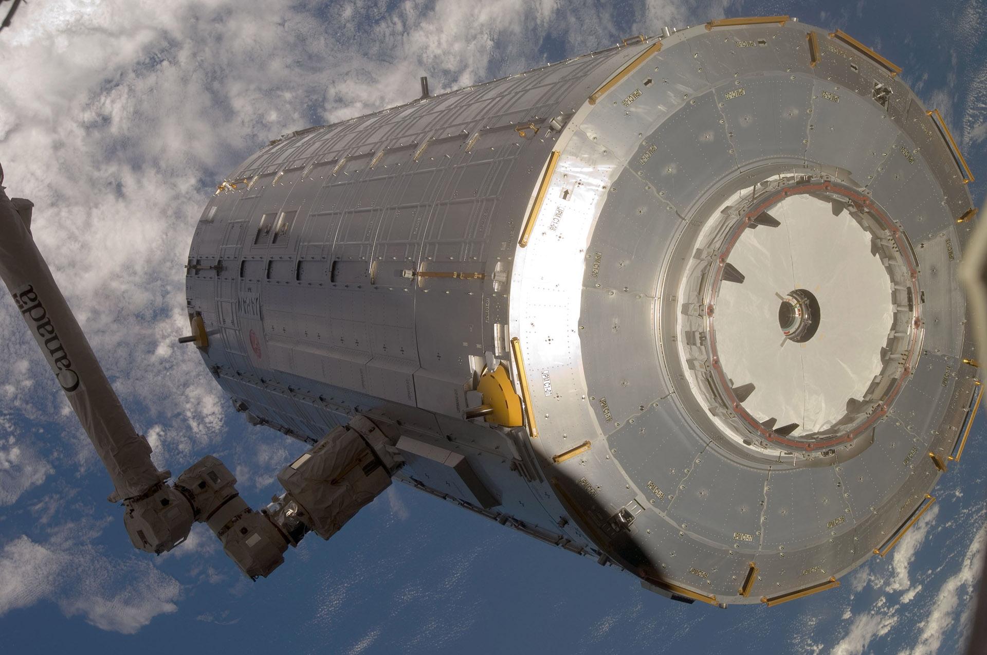 Японский экспериментальный модуль «Кибо». Именно наего поверхности провели от года до трёх поддоны сбактериями.