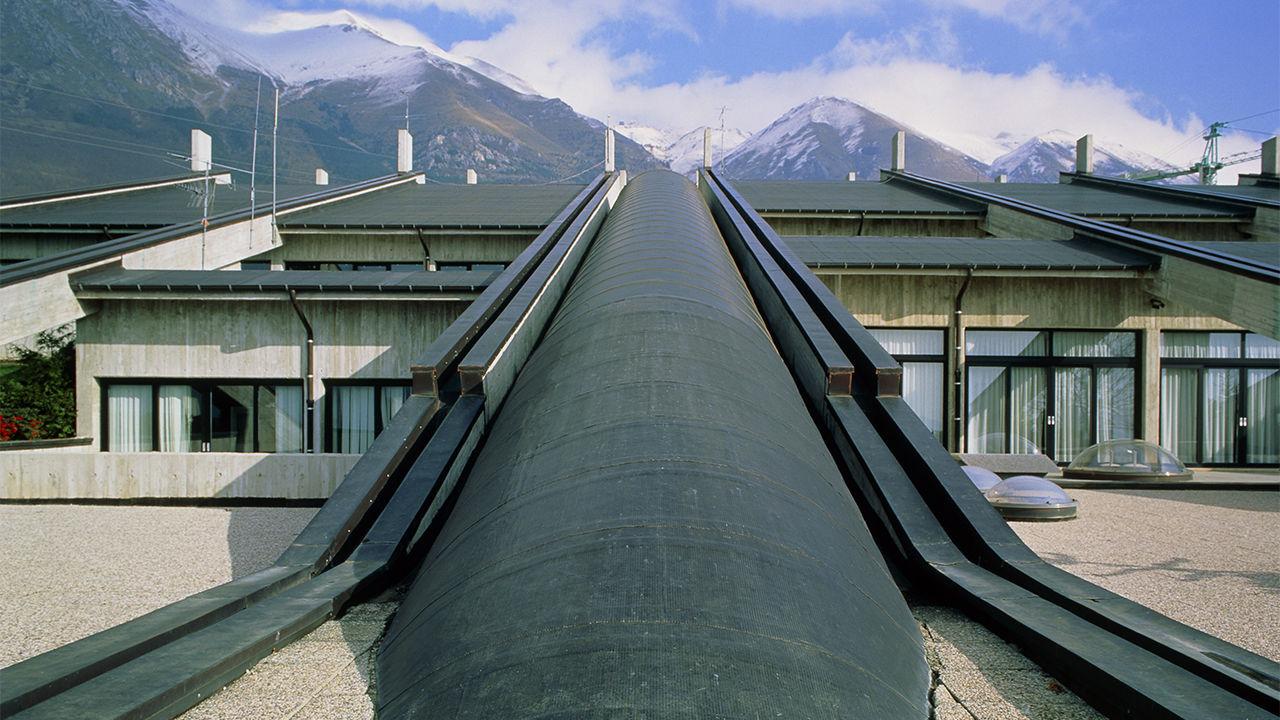 Национальная лаборатория Гран Сассо. Подземная лаборатория для изучения субатомных частиц от космических источников находится наглубине 1400 метров вскальном массиве Гран Сассо вцентральной Италии.