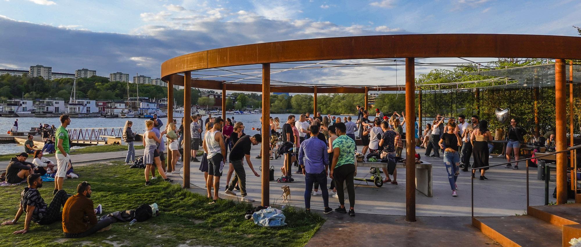 Стокгольм, Швеция, май 2020 года. Танцевальная вечеринка вразгар пандемии нового коронавируса.