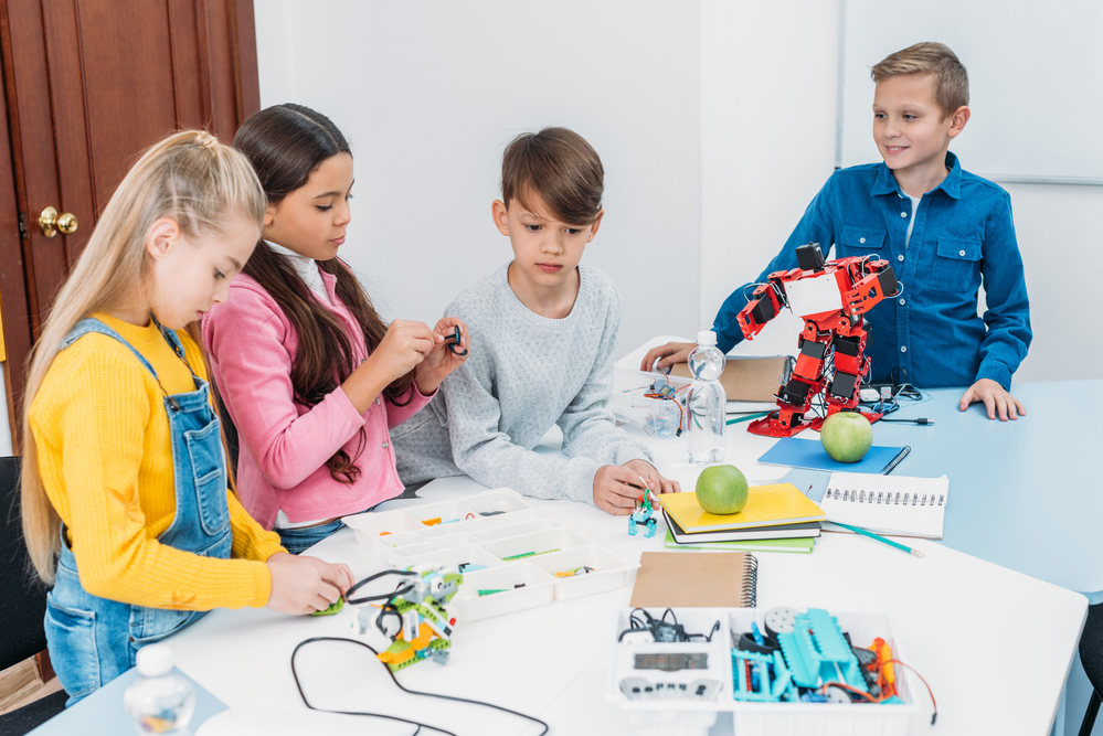 Совместная работа над школьным проектом. Фото— IgorVetushko / Depositphotos