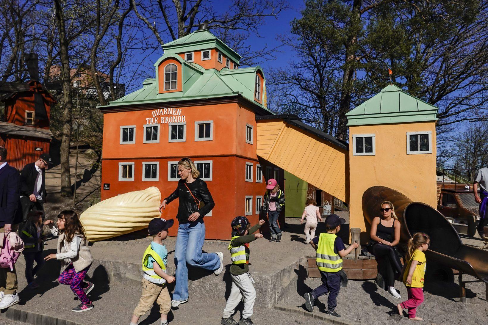 24 апреля 2020г., Стокгольм, Швеция. Дети играют надетской площадке