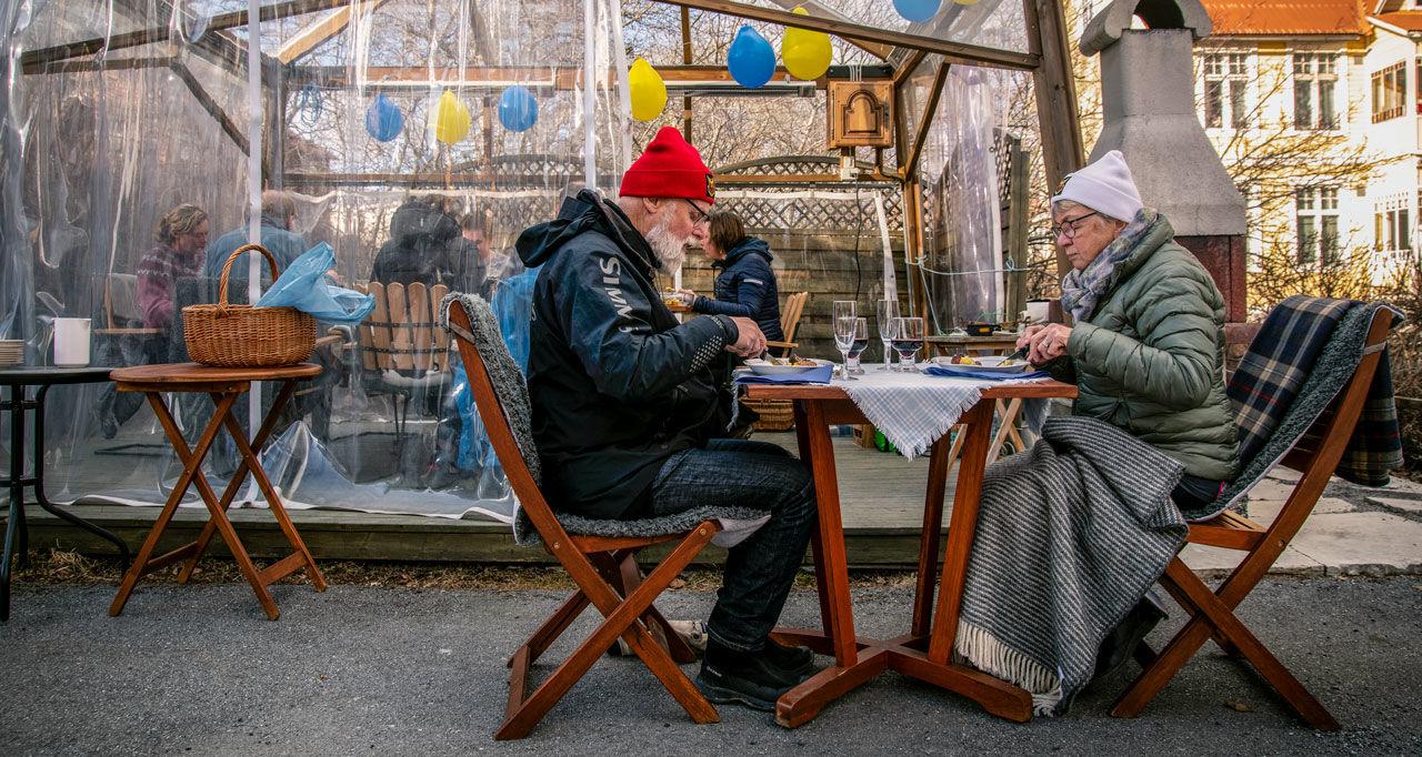 Апрель 2020г., Эстерсунд, Швеция. Пожилая пара обедает отдельно от остальных членов семьи. Шведское правительство непризывало кэтому, но многие люди сами сократили свои контакты. (Фото— David Lidstrom/Getty Images/Science)