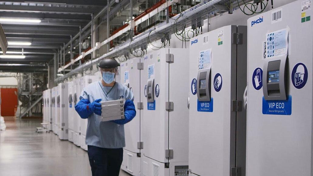 Вакцину <i>Pfizer</i> необходимо хранить при температурах ниже, чем вАнтарктиде. Для хранения вакцины вультрахолодном состоянии необходимы специальные морозильные камеры, как наснимке, сделанном назаводе компании <i>Pfizer</i> вБельгии, атакже транспортировочные контейнеры.