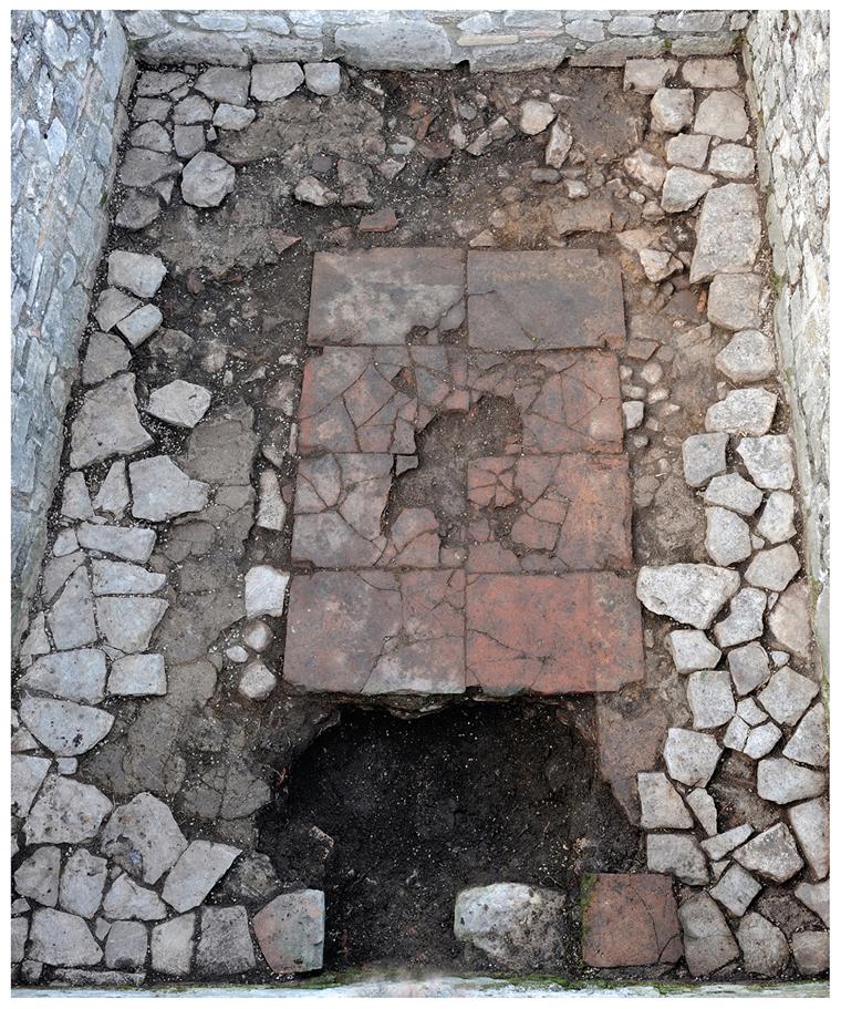 Пол вуглублении для предполагаемого механизма водяной мельницы, Саепинум, Италия.