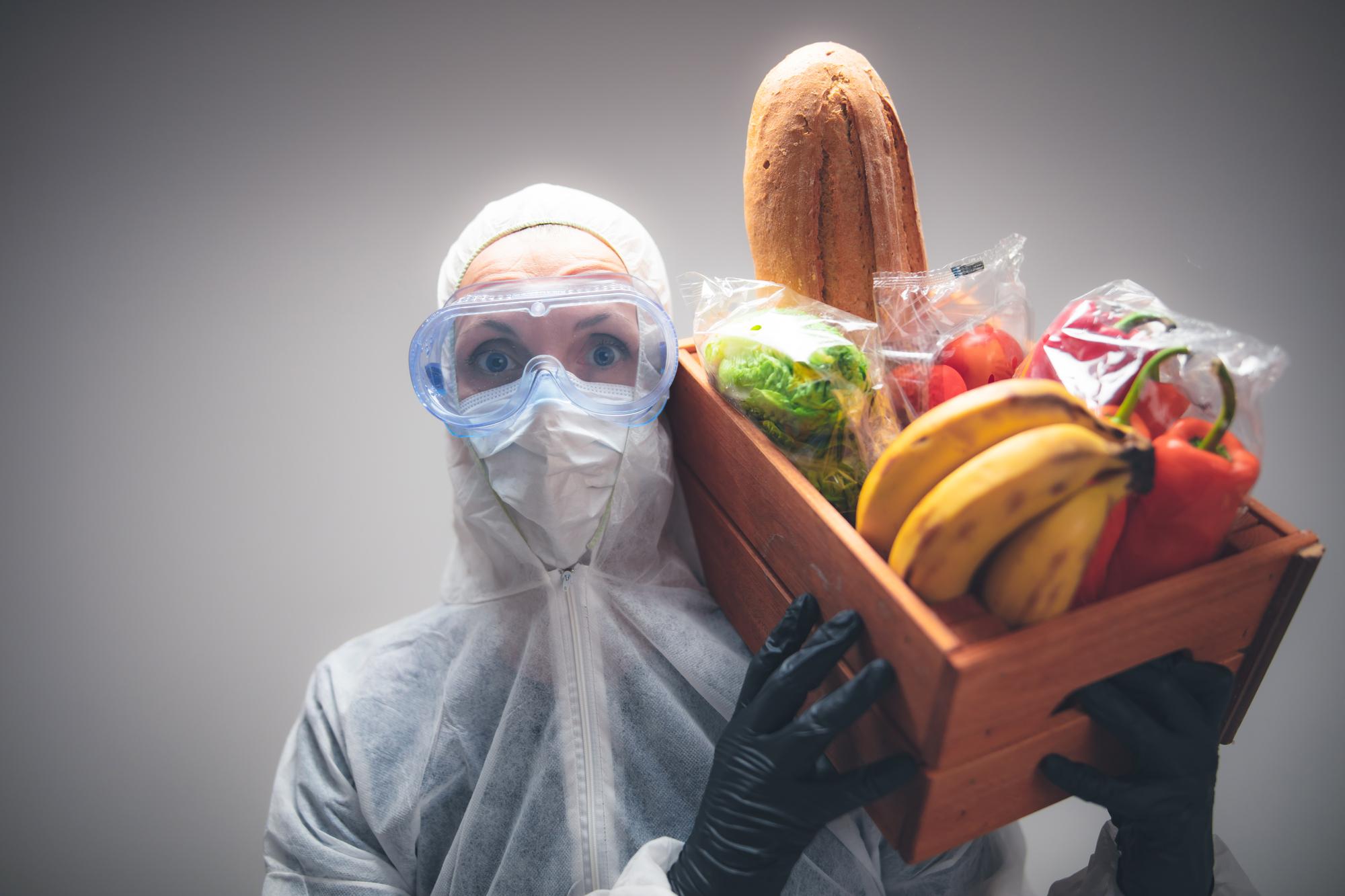 Представителям более обеспеченных категорий населения проще соблюдать самоизоляцию втом числе ипотому, что они чаще могут себе позволить заказать доставку продуктов питания надом.