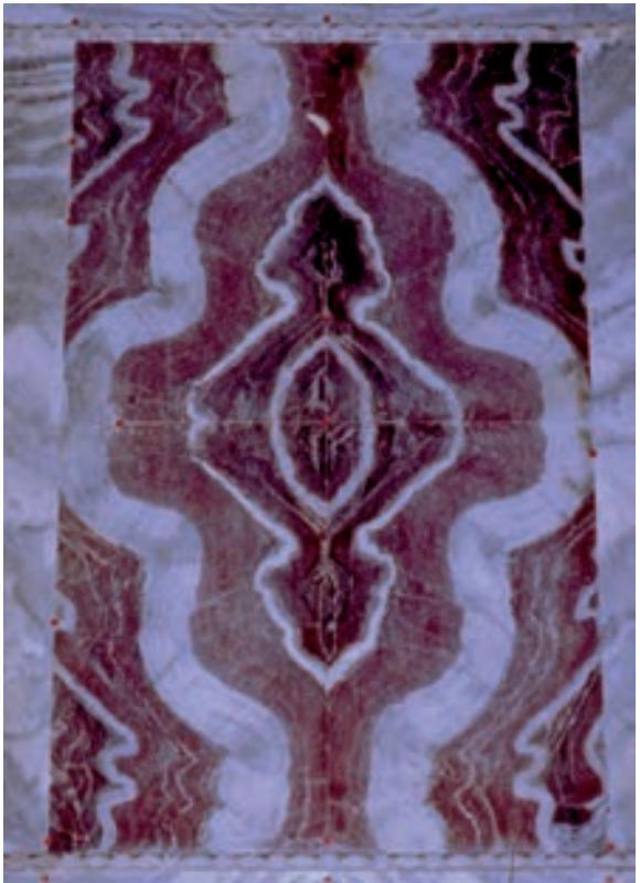 Облицовка стен счетырьмя мраморными плитами cipollino rosso, отпиленными от одного блока. Равенна (Bruno 2008)