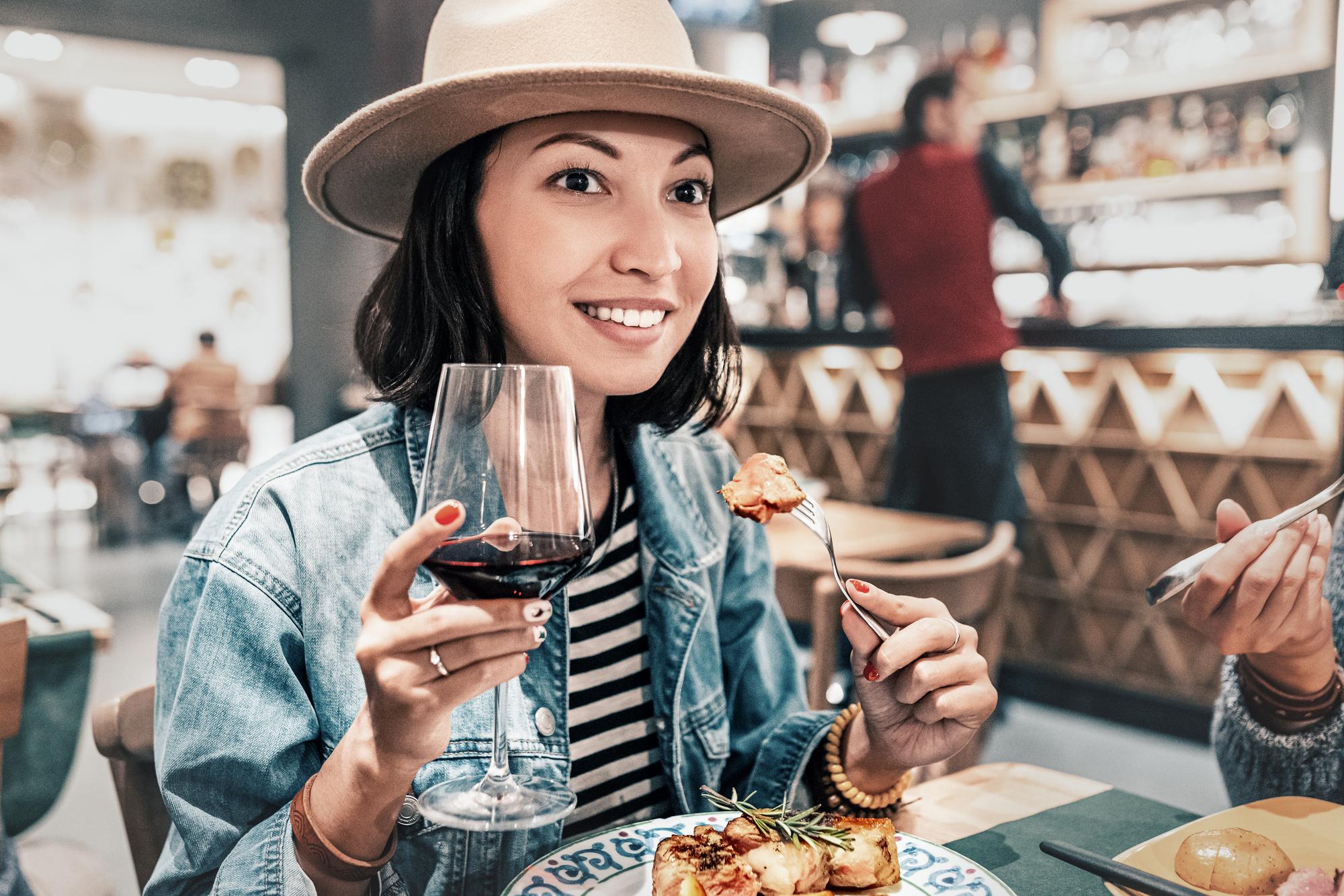 Считается, что алкоголь возбуждает аппетит. Но как? Например, вы можете ассоциировать красное вино свкусными блюдами ипотому, употребляя его, склонны съесть побольше. Но это неточно.