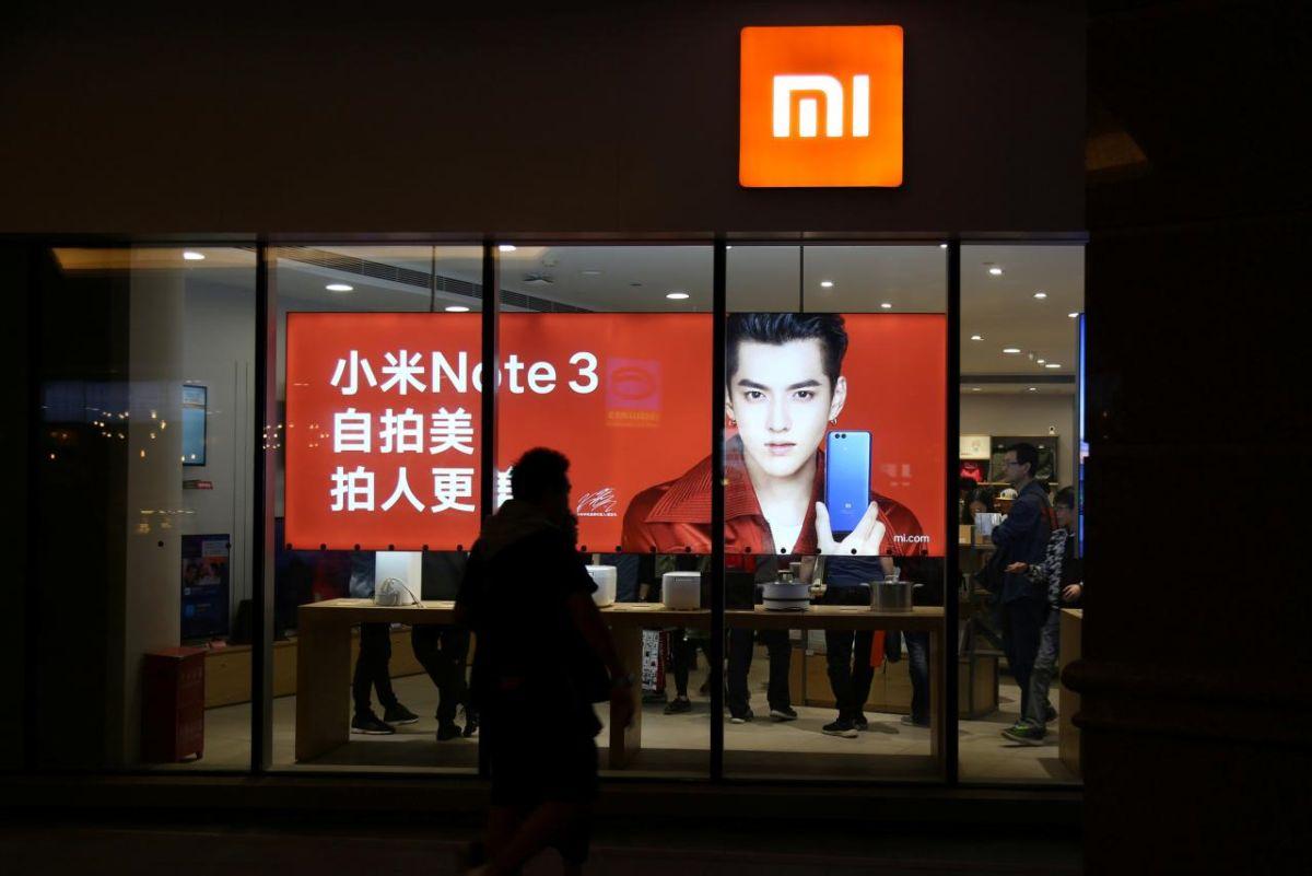 Возможно, унового президента США Джо Байдена будут другие взгляды наотношения сКитаем, но пока компания <i>Xiaomi</i> пала очередной жертвой борьбы Трампа против возвышения китайской экономики иамериканских инвестиций внеё.