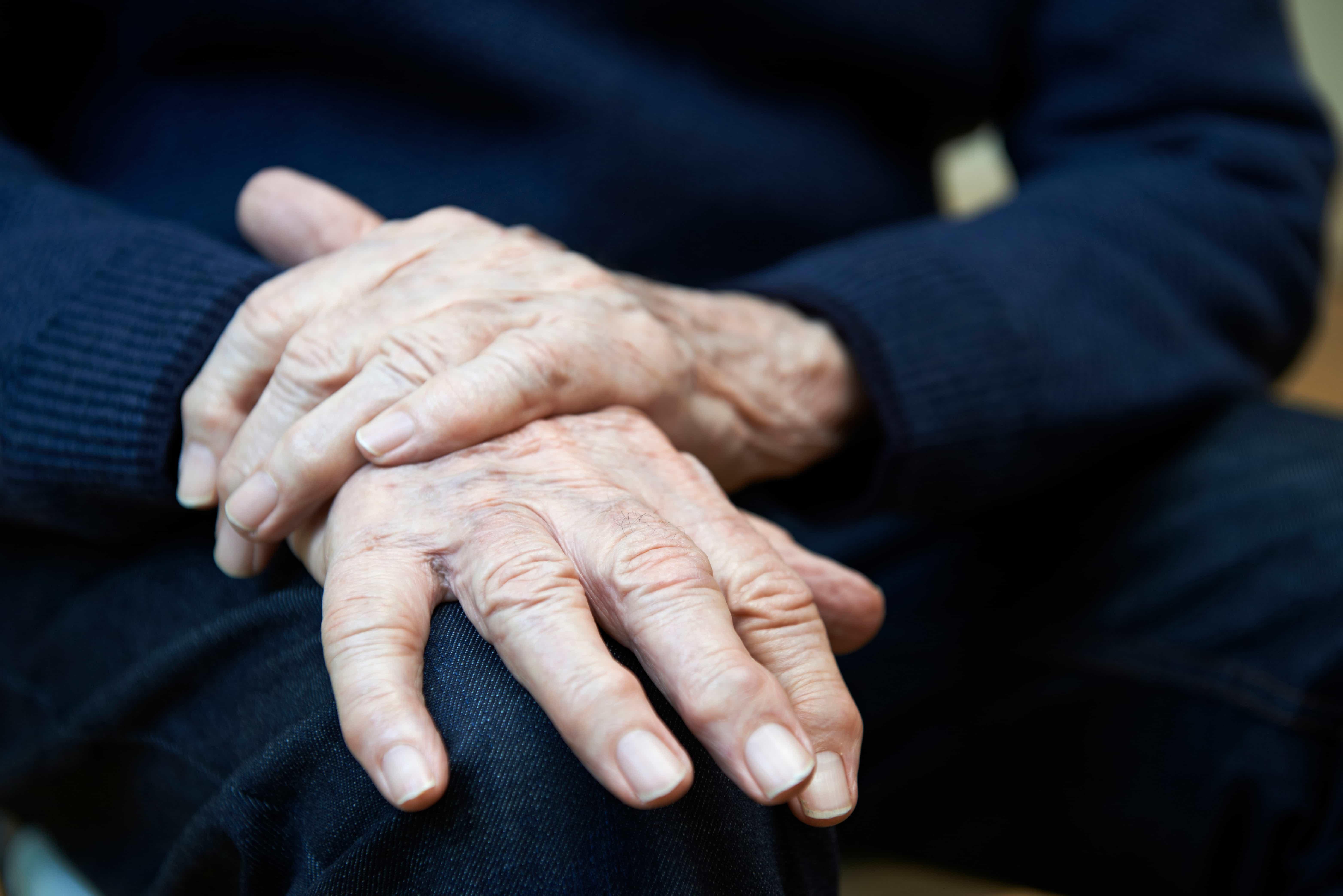 Болезнь Паркинсона— медленно прогрессирующее дегенеративное заболевание, характеризующееся тремором, скованностью, трудностями сходьбой, равновесием икоординацией.