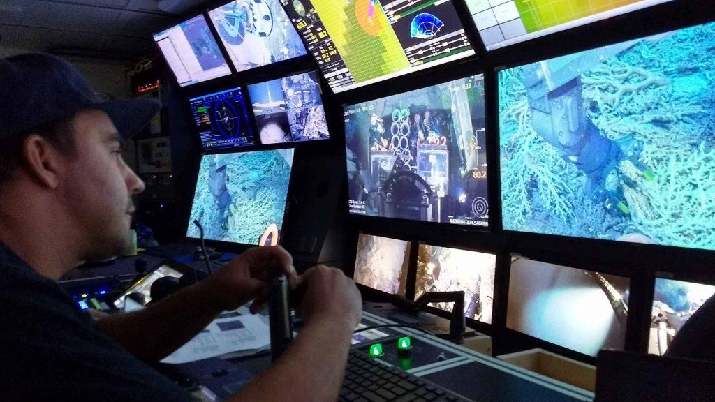Пилот робота <i>SuBastian</i> Адам Уэтмор (Adam Whetmore) под руководством учёных собирает образцы кораллов со дна.