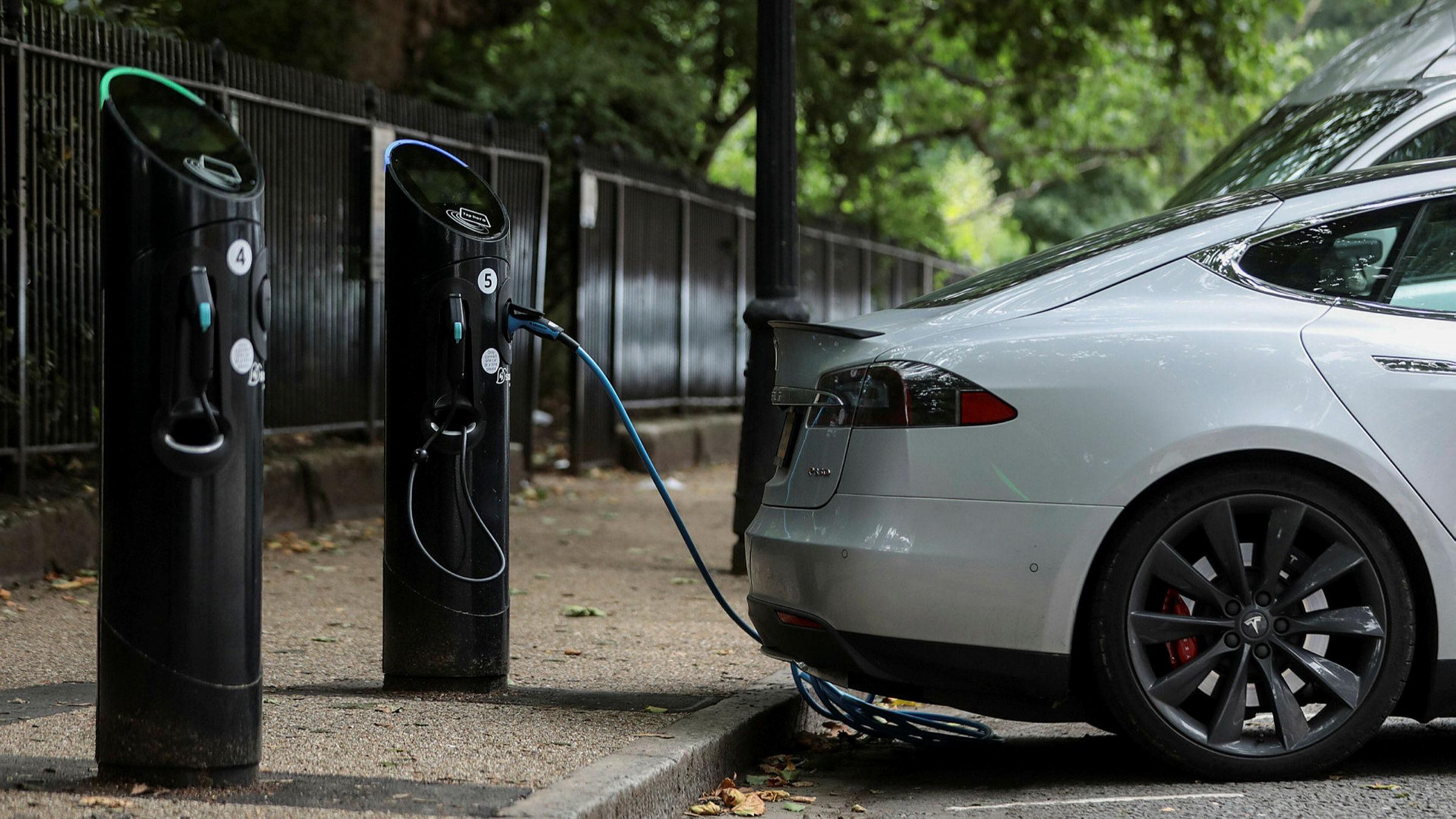 Пока что электромобили заряжаются неслишком быстро.