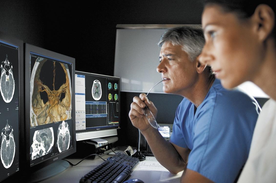 Врачи онкологического центра вНидерландах оценивают изображение, полученное спомощью ПЭТ/КТ.