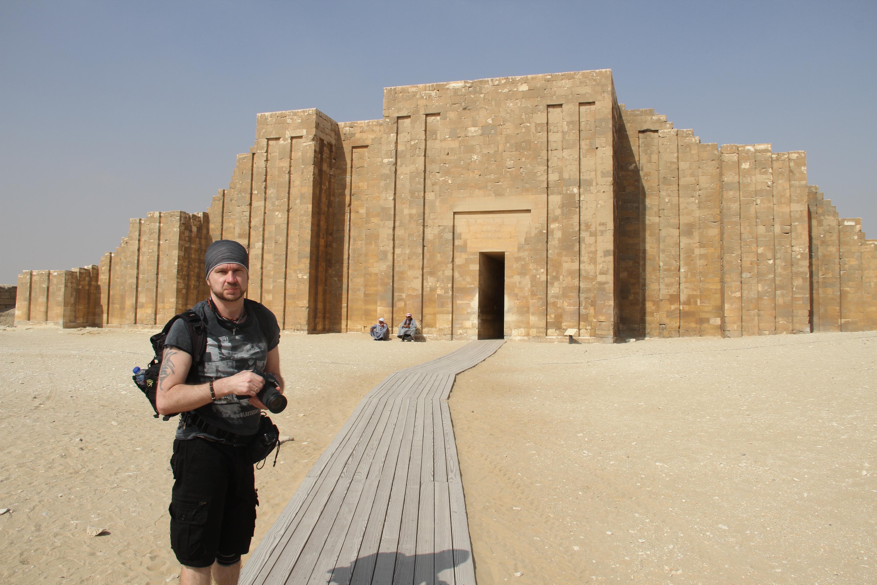 Валерий Senmuth нафоне ворот заупокойного комплекса Джосера